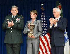 General Peter J. Schoomaker, Captain Joel E. Cahill's widow and Foundation Director Conoly Phillips
